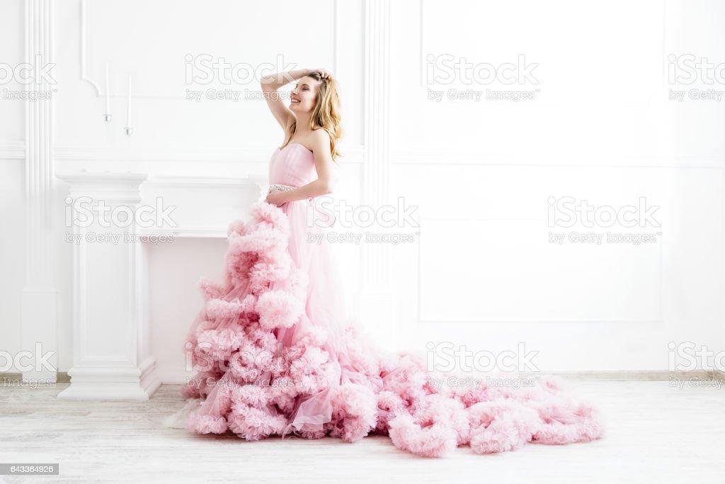 Porträt der Frau in einem langen rosa Kleid auf weiß Lizenzfreies stock-foto 4a504f0fbd