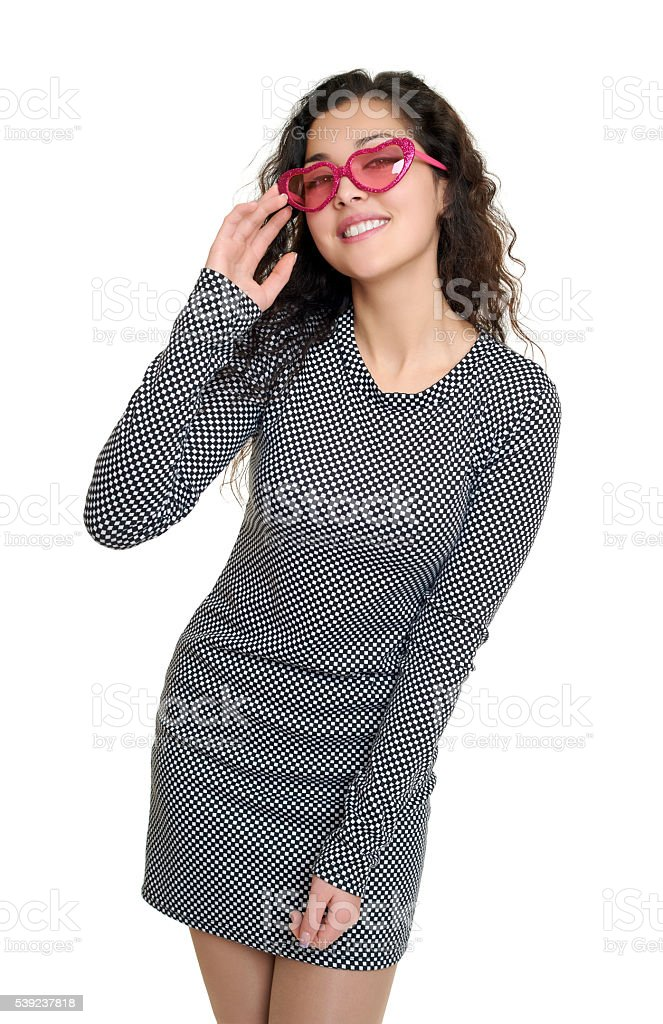 Retrato de la mujer en blanco y negro de cuadros vestido rosa gafas de sol foto de stock libre de derechos