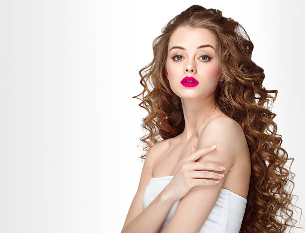 woman portrait with curly hair perfect make up red lips. - frisuren für schulterlanges haar stock-fotos und bilder
