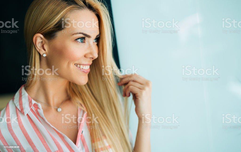 Porträt der Frau mit perfekten Haaren und Make-up Blondine – Foto