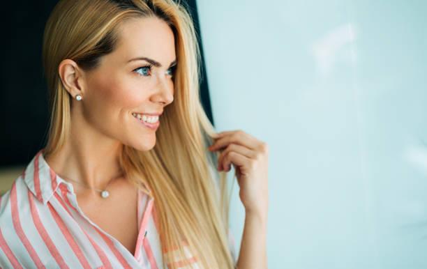 portrait de femme avec des cheveux parfait et blonde de maquillage - belles femmes photos et images de collection