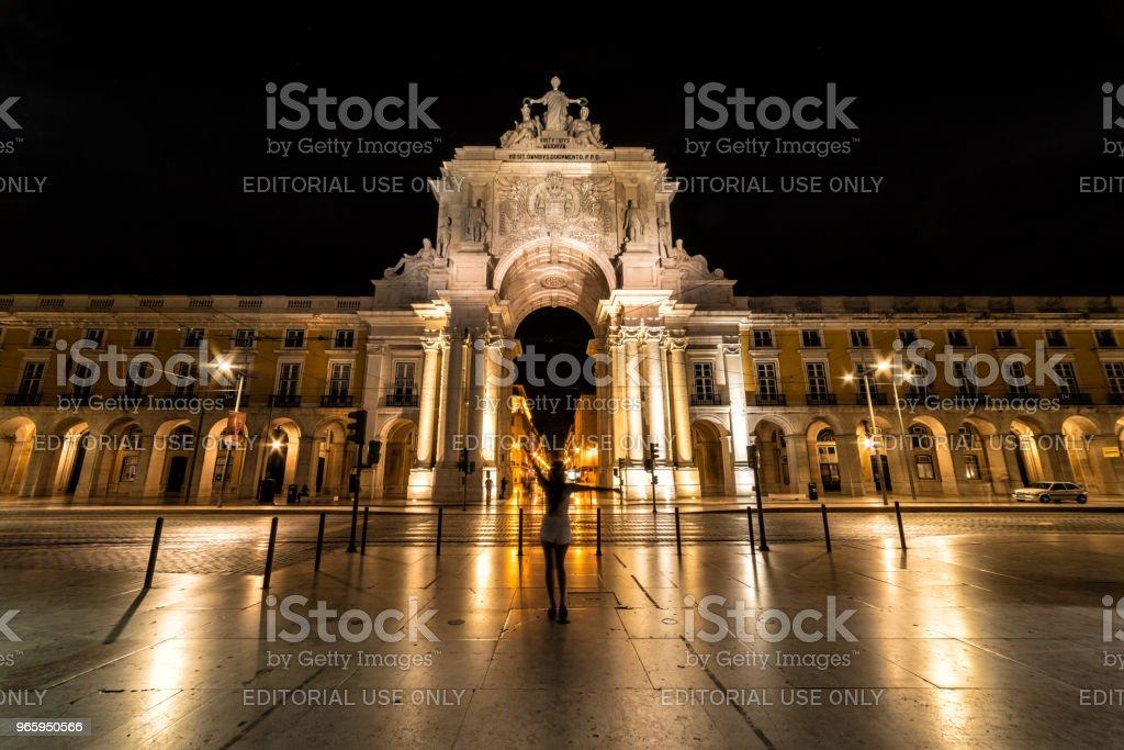 Vrouw met zich meebrengt op Rua Augusta Arch, Lissabon Portugal - Royalty-free Architectuur Stockfoto