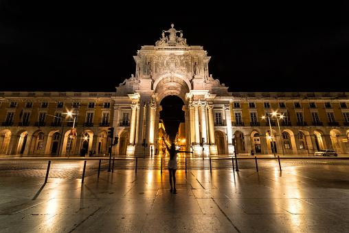 Vrouw Met Zich Meebrengt Op Rua Augusta Arch Lissabon Portugal Stockfoto en meer beelden van Architectuur