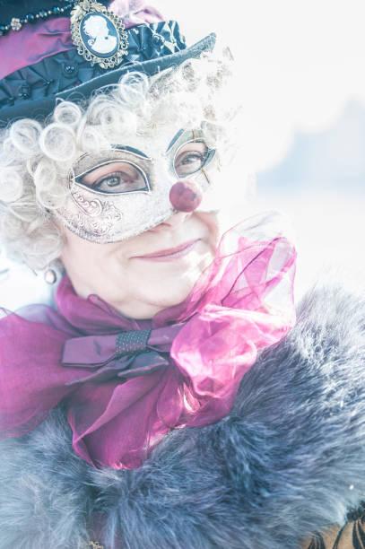 Frau posiert in einer raffinierten Verkleidung während der Karnevalstage von Venedig – Foto