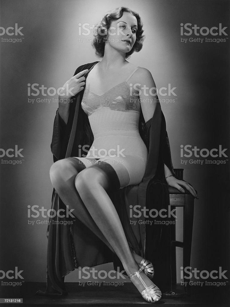 Frau posiert in Strümpfen