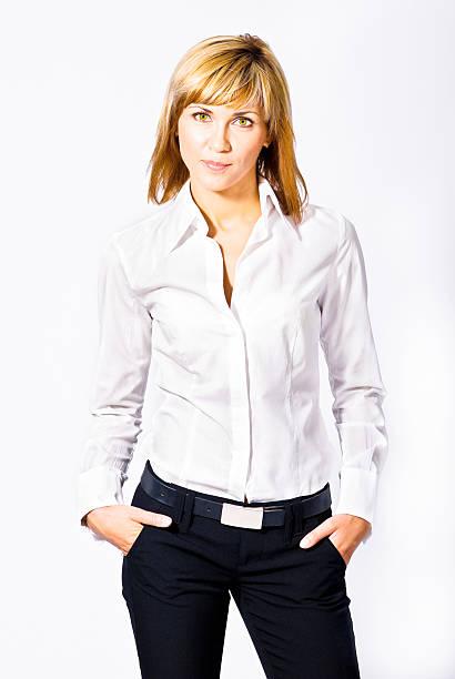 woman posing in white shirt and black jeans with belt - zwarte spijkerbroek stockfoto's en -beelden