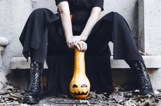 Mulher posando no monumento com abóbora - foto de acervo