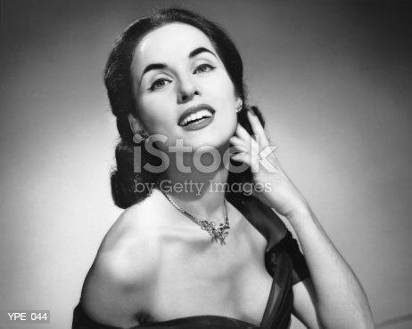 Fotografía de Mujer Posando Touching Cara Con Una Mano y más banco de imágenes de 1950-1959