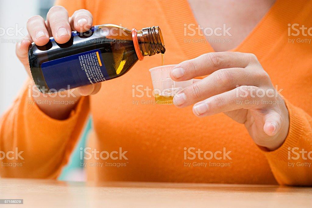 Mujer Verter Jarabe para la tos - foto de stock