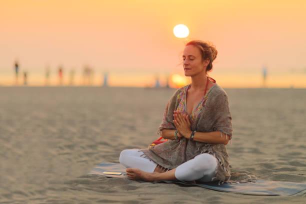 frau kundalini yoga üben - kundalini yoga stock-fotos und bilder