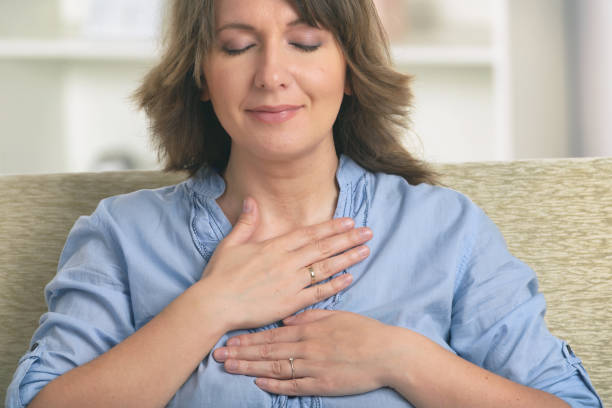 Frau, die Energiemedizin praktiziert – Foto