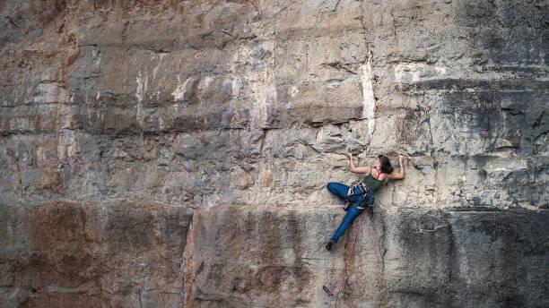 Mujer practicando escalada en Siurana Cataluña España - foto de stock