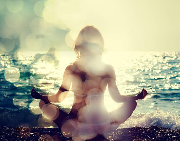 Frau üben Yoga am Meer – Foto