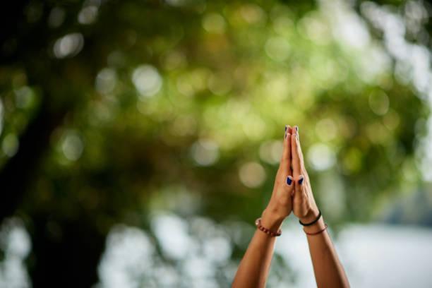 vrouw beoefenen van yoga in de natuur. - bedankt stockfoto's en -beelden