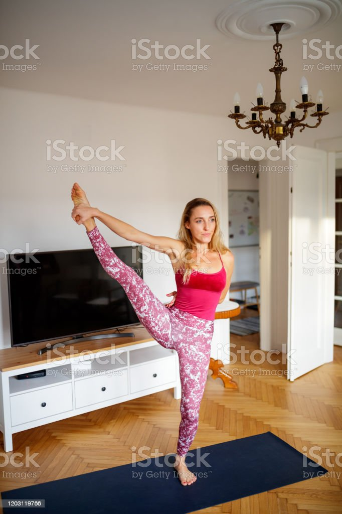 Frau Ubt Yoga Im Wohnzimmer In Grosser Zehenposition Stockfoto Und Mehr Bilder Von 35 39 Jahre Istock