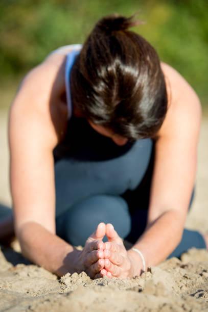 Frau praktizieren Yoga im sand – Foto