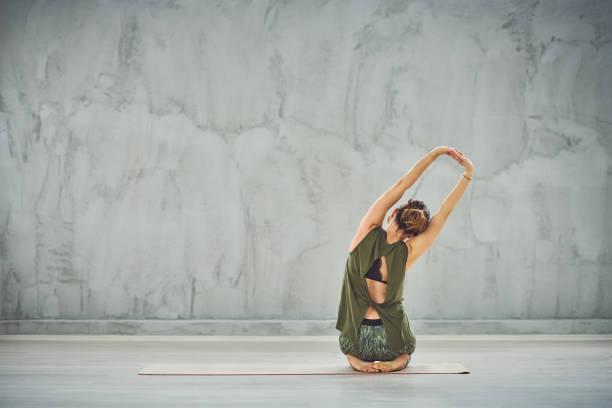 Frau praktiziert Yoga. – Foto