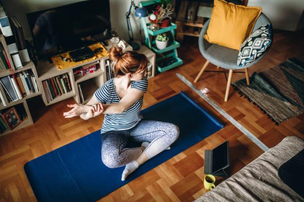 Frau übt Yoga – Foto