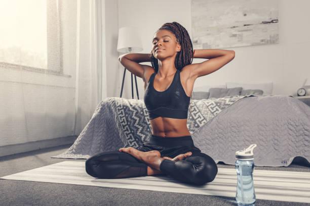 woman practicing yoga - poprawna postawa zdjęcia i obrazy z banku zdjęć