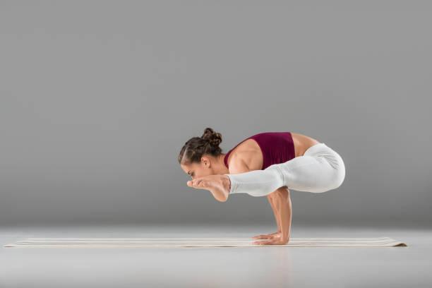 frau üben yoga - kundalini yoga stock-fotos und bilder