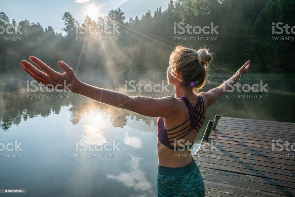Frau praktizieren Yoga-Übungen in der Natur, See pier – Foto