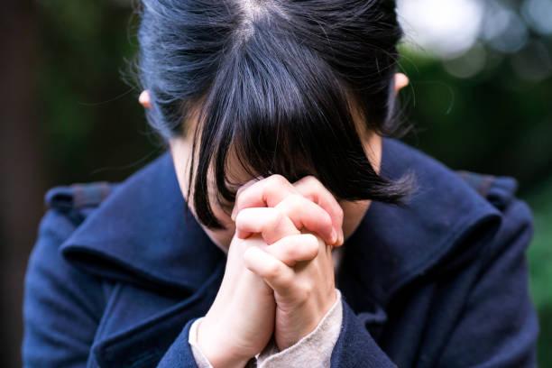 女性の外で祈る - 希望 ストックフォトと画像