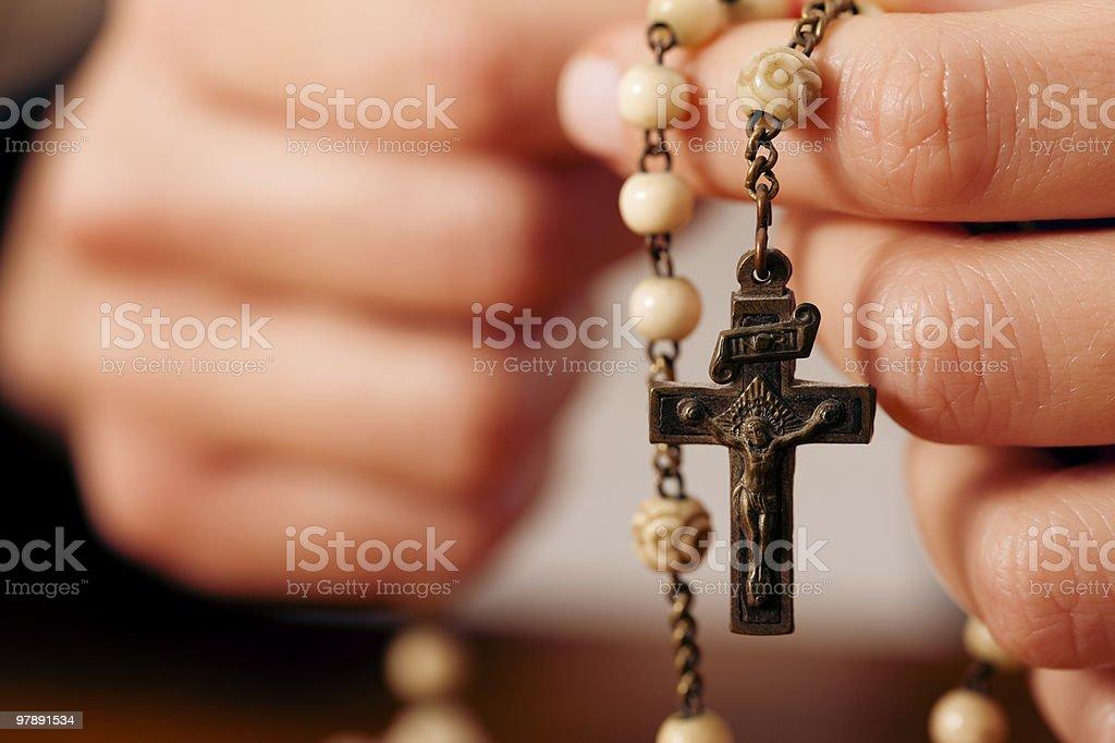 Frau Beten mit einem Rosenkranz Gott – Foto
