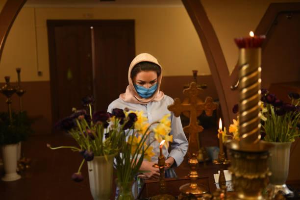 La femme prie pour la santé . Covid-19. - Photo