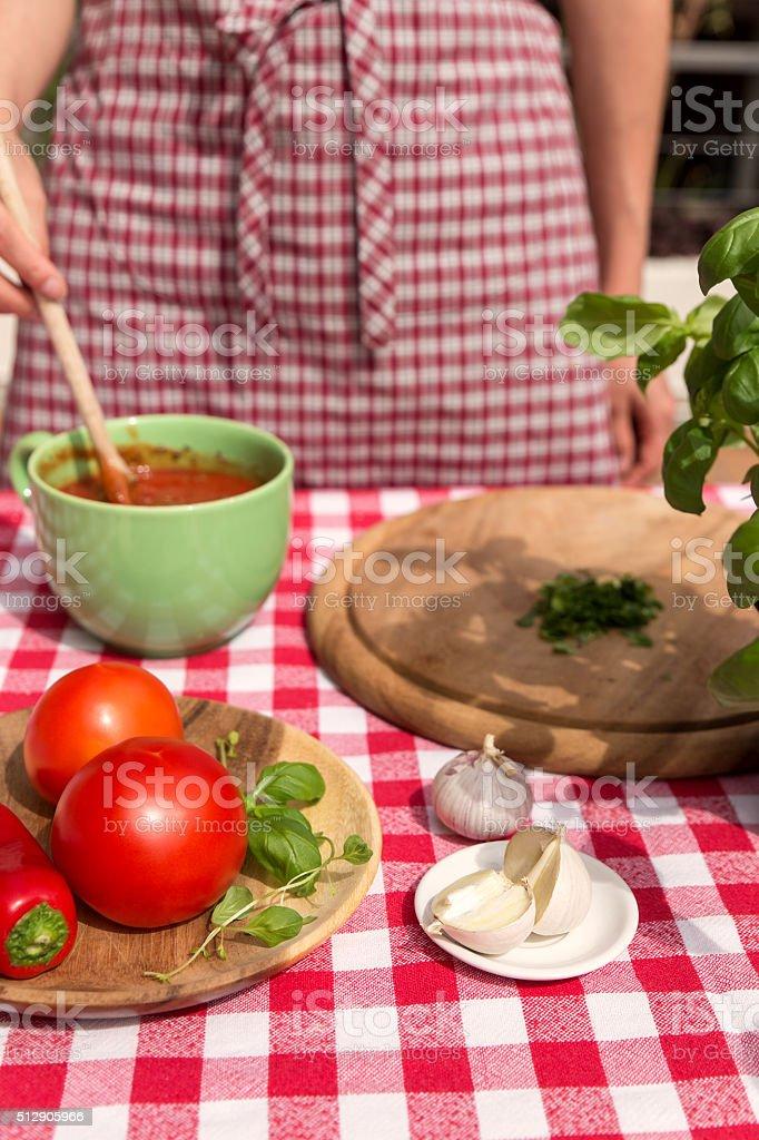 Photo Libre De Droit De Femme Prepare Une Sauce Tomate Banque D