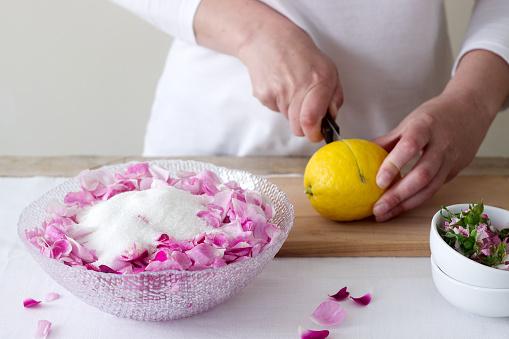 Een Vrouw Bereidt Jam Van Roses Ingrediënten Voor Jam Van Rozen Rustieke Stijl Stockfoto en meer beelden van Achtergrond - Thema