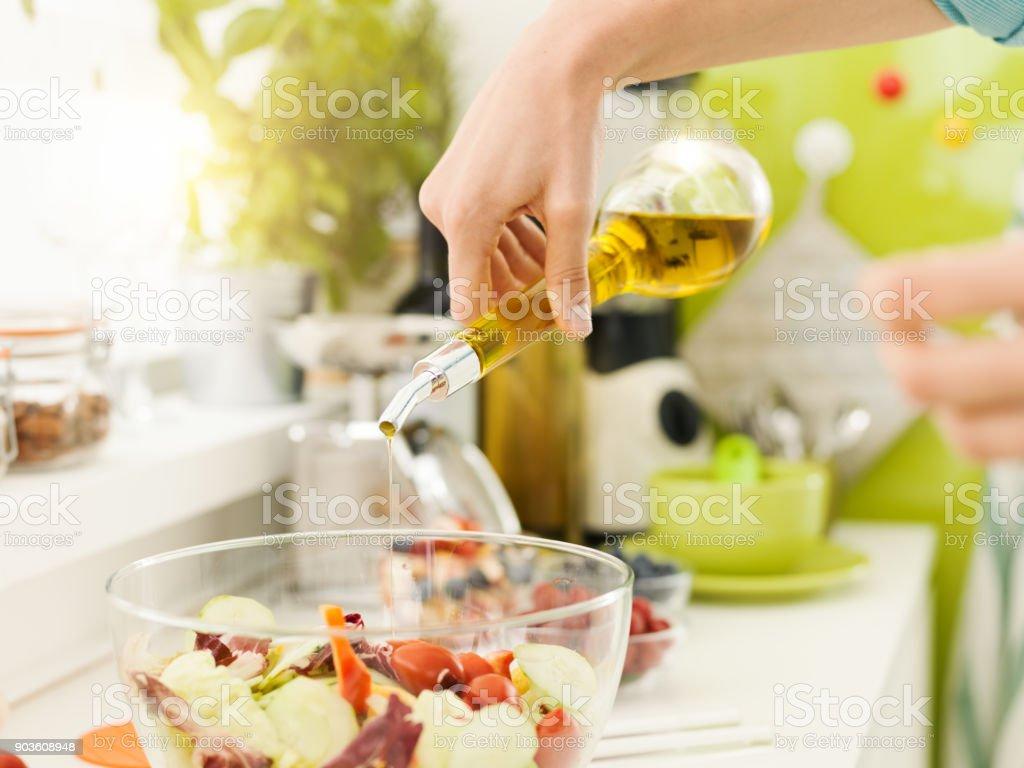 Mulher preparando uma salada fresca e saudável - foto de acervo