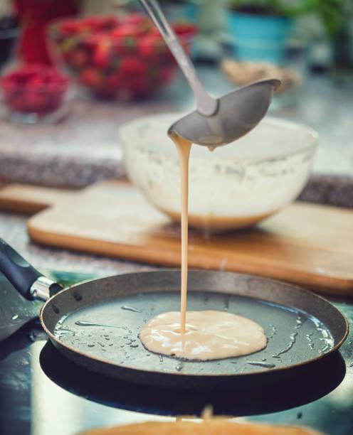 Frau, die Zubereitung von Crepes – Foto
