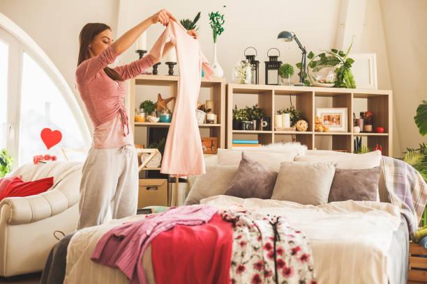 Frau bereitet tägliches Outfit im Schlafzimmer vor – Foto