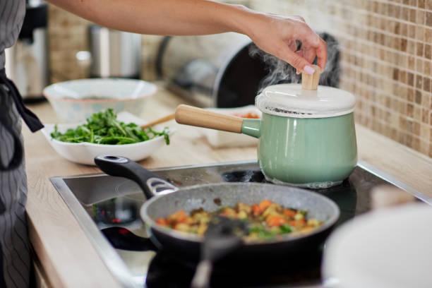 Frau bereitet Abendessen. – Foto
