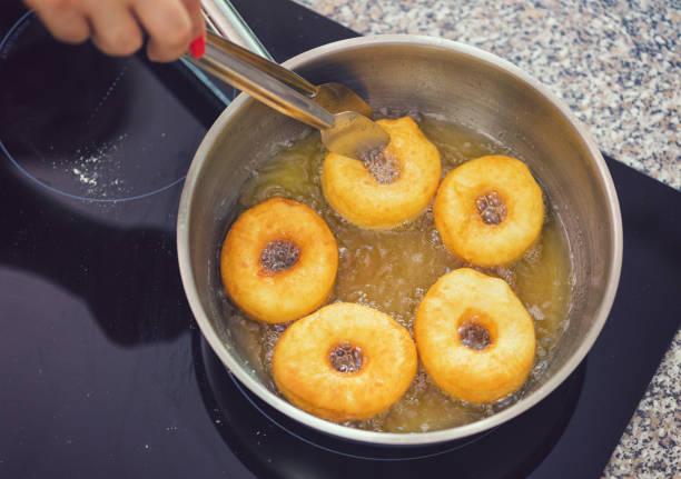Frau bereitet Donuts zu Hause – Foto