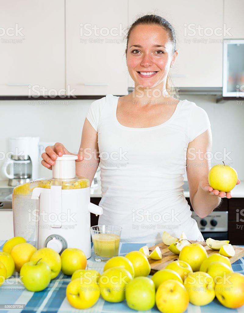 Mujer preparar fresca de jugo de manzana foto de stock libre de derechos