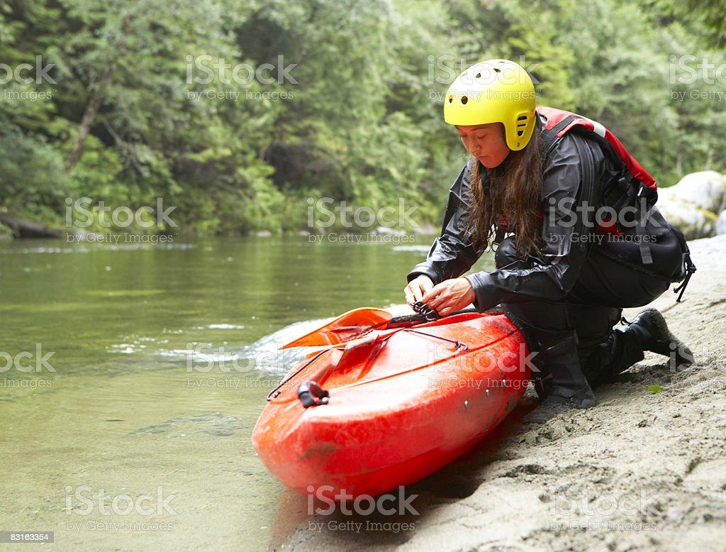 Donna di preparare il kayak. foto stock royalty-free