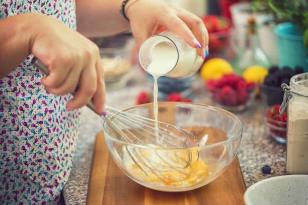 Frau Vorbereitung Pfannkuchen – Foto