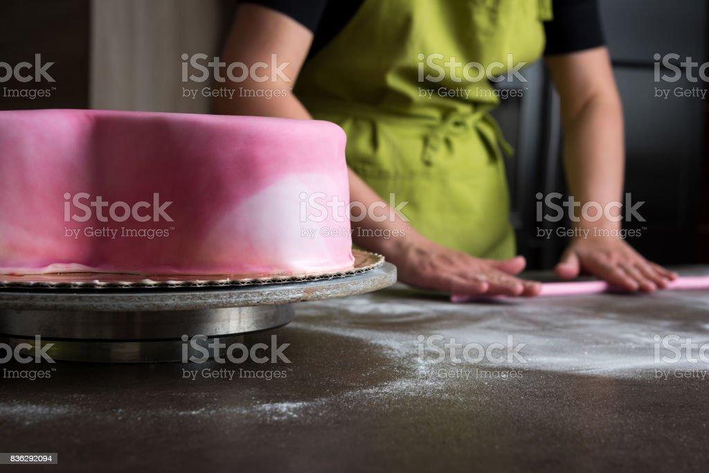 Frau Rosa Fondant Fur Kuchen Dekorieren Fokus Auf Kuchen Vorbereiten
