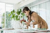 準備テーブルの女性
