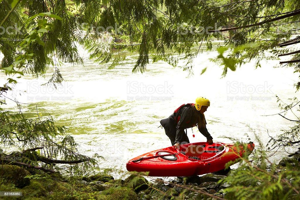 Kobieta Przygotowanie do rzeki z kajaku zbiór zdjęć royalty-free