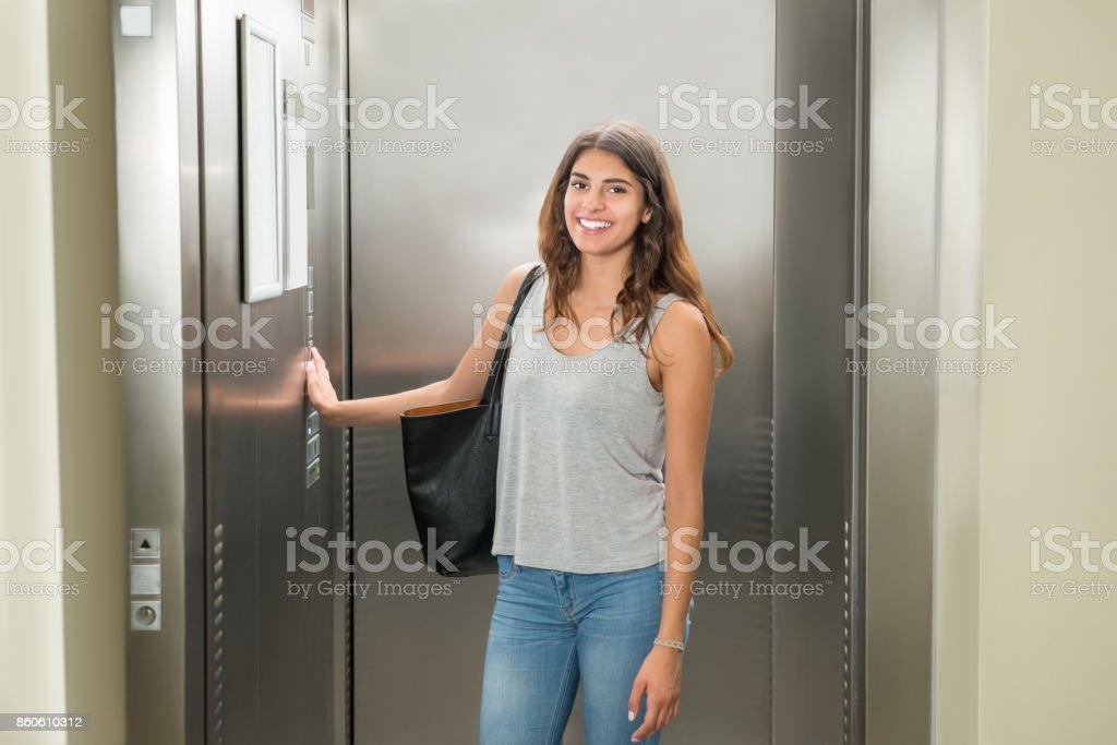 Frau Taste Aufzug – Foto