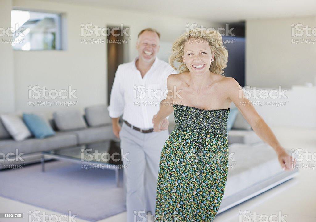 Mari femme tirant sur la salle de séjour photo libre de droits