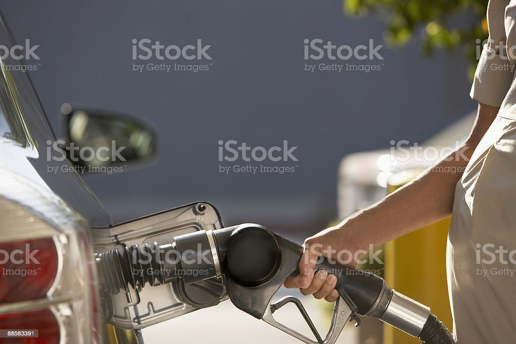 Femme pompage de gaz photo libre de droits