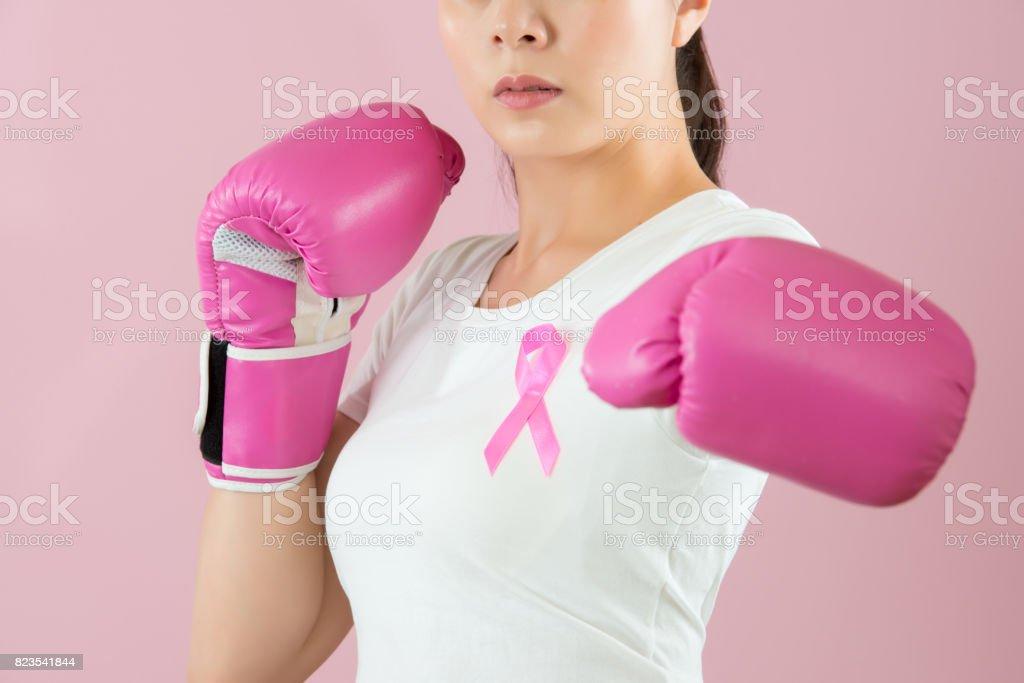 Frau Punch out für gegen Brustkrebs – Foto