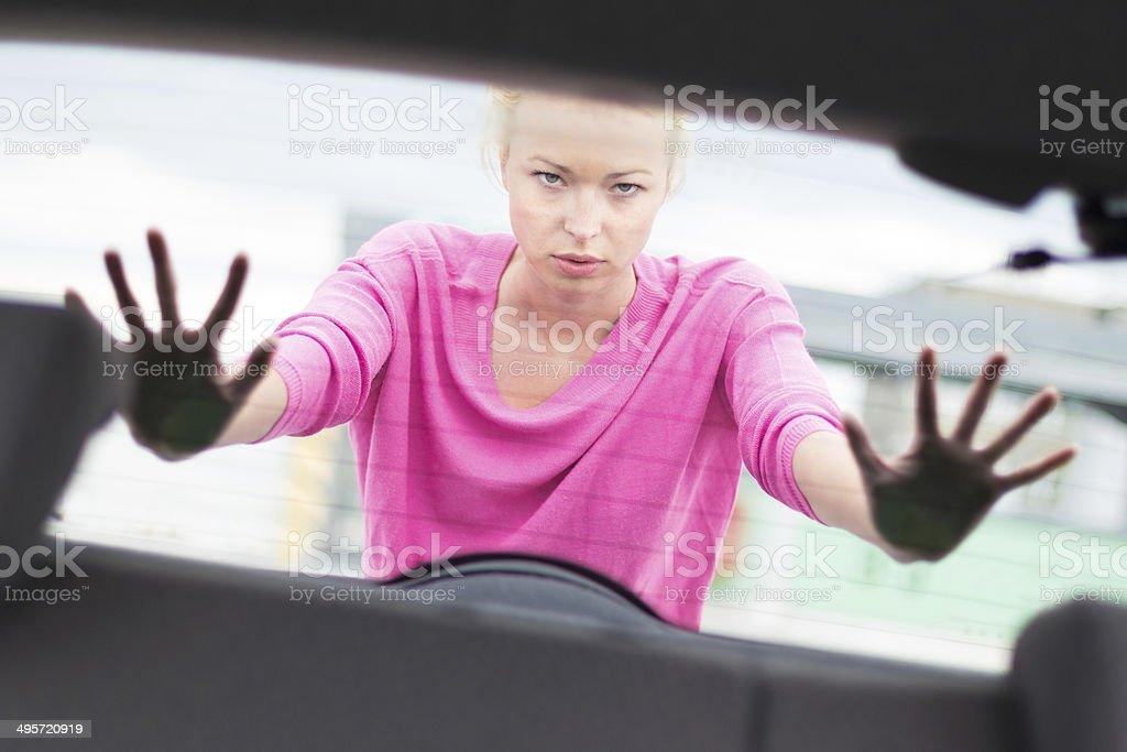 Frau Schieben ein Auto. Lizenzfreies stock-foto