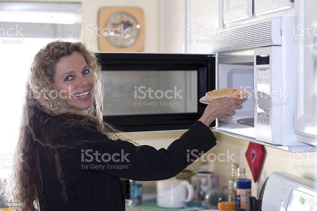 Alimentos mujer pone en el horno - foto de stock
