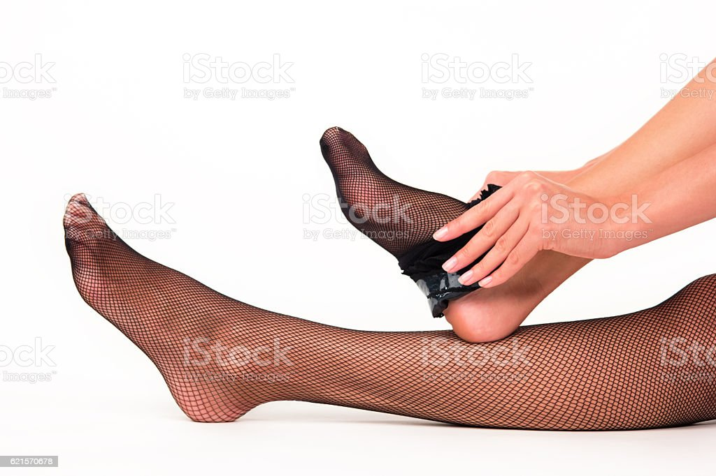 Woman puts on stockings. photo libre de droits