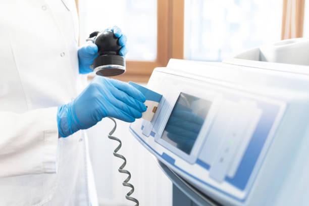 Mulher colocando uma placa em mashine na clínica - foto de acervo