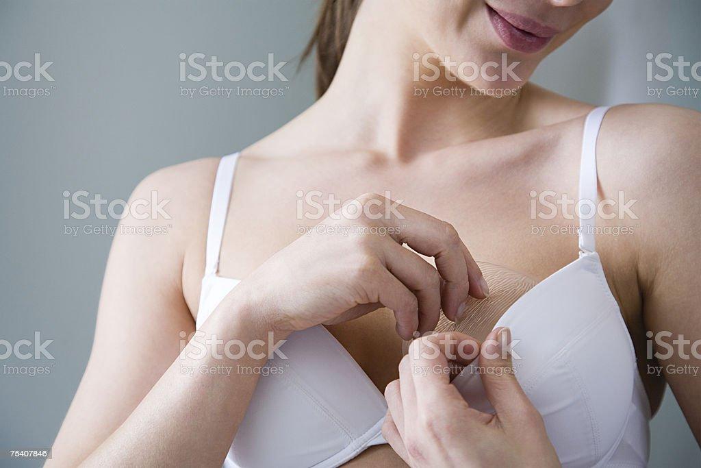 Frau putting-BH schaffen in BH – Foto